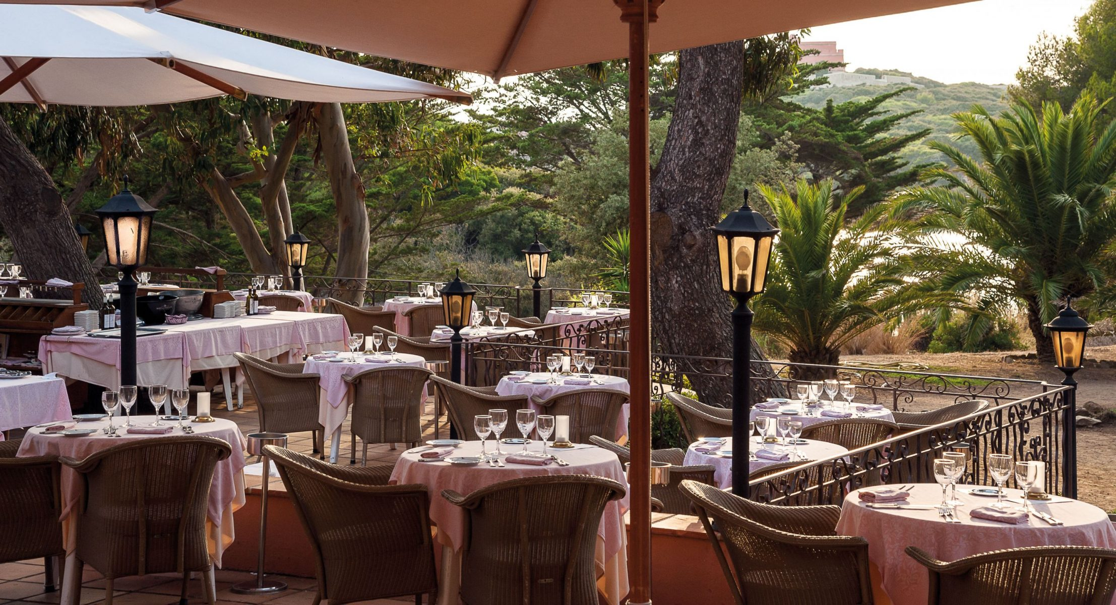 LE MAS DU LANGOUSTIER. Restaurant La Pinede
