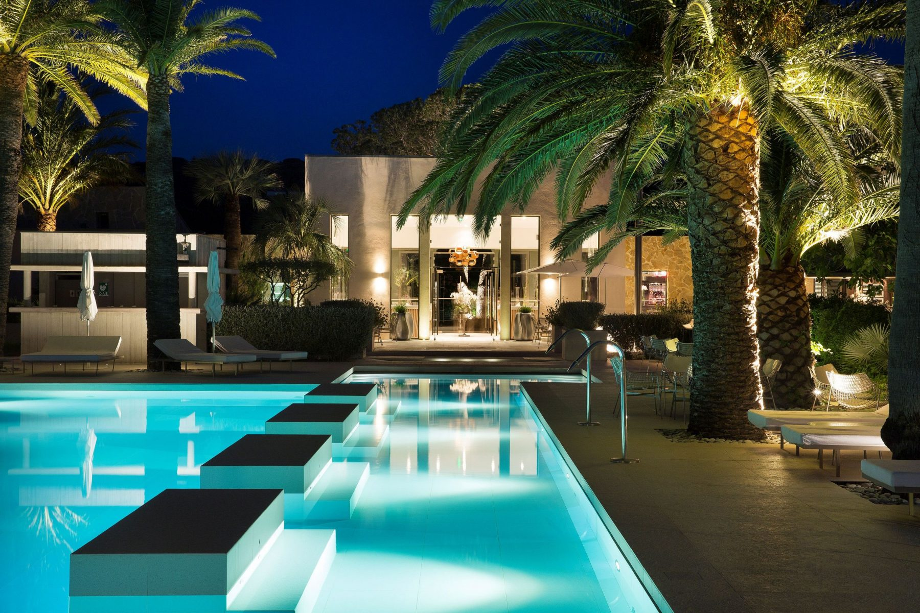 HOTEL SEZZ. Pool by night